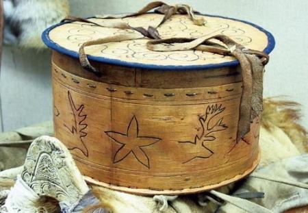 今天呼伦贝尔草原上的人们,用桦树皮可以制作生产,生活用具,如碗,盆