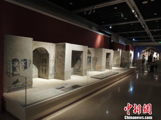 图为宁芙神庙中的马赛克壁画。宁芙神庙在古希腊罗马时期是一类特殊的建筑,起源于有着天然泉水或溪流的洞窟。后来演变为一种有溪流、喷泉、雕塑、花草壁龛的花园,既被用作神庙,也被视为休闲之地或举办婚礼的场所。 钱涛 摄