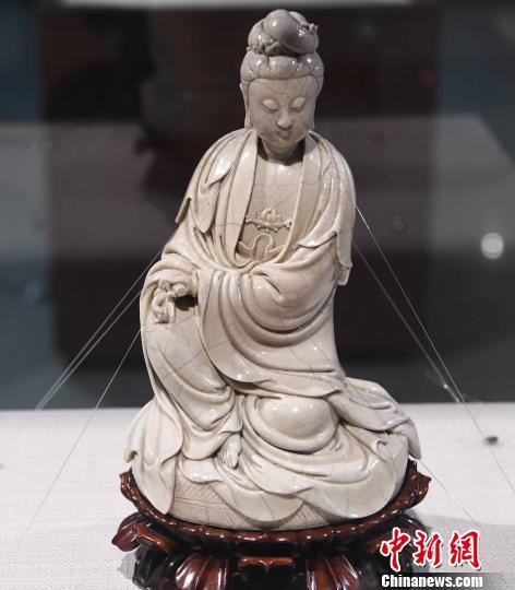 展出的明代德化制瓷大家何朝宗瓷塑作品《坐蒲观音》。 记者刘可耕 摄