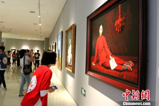 图为油画藏品展现场。 曾洁 摄