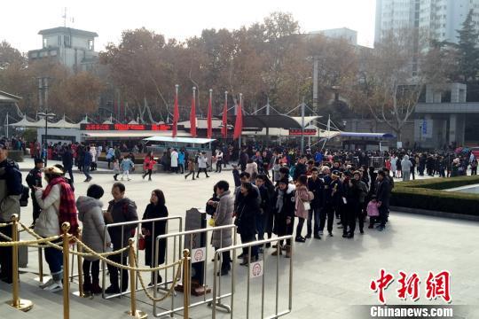 排队进入陕西历史博物馆的观众。 陕西省文物局 摄