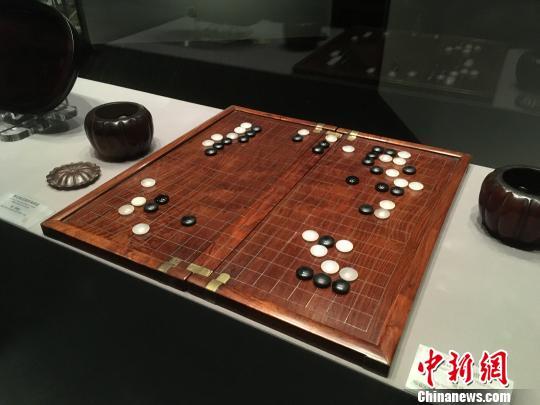 黄花梨双面棋盘,一面是围棋,另一面是象棋。 张亨伟 摄