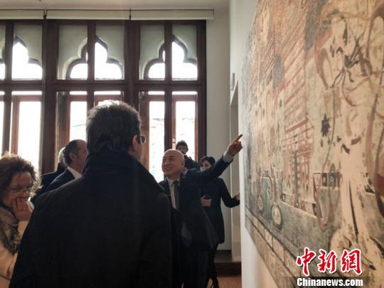 图为敦煌研究院院长王旭东向参观者现场讲解。敦煌研究院供图