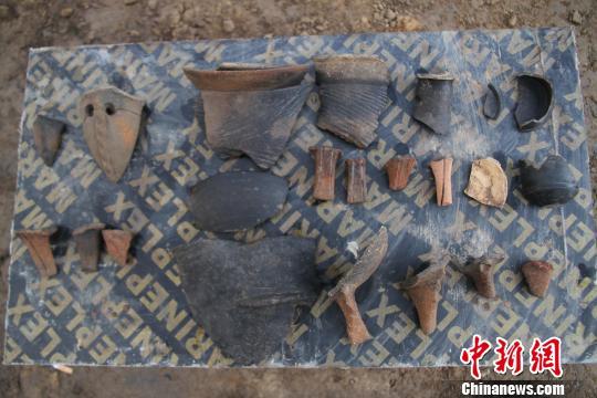 于庄东南遗址出土的大汶口、龙山文化器物。济南市考古研究所供图