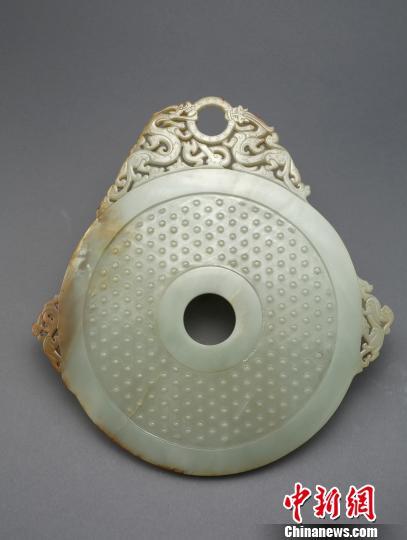 东汉龙螭衔环谷纹青玉壁 定州市博物馆供图。 摄
