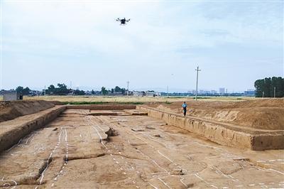 考古工作人员在二里头遗址宫殿区发掘现场进行航拍。新华社发