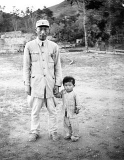 1940年8月,八路军实施百团大战,在攻占井陉矿时,在战火中救出被日军遗弃的日本小姑娘。聂荣臻将军照顾她,并写信给日军片山旅团,嘱将小姑娘转交她的亲人,派人将她送到日本军营。1980年5月,人民日报发表姚远方文章《日本小姑娘你在哪里?》及这组照片,中、日两国掀起寻找日本小姑娘的热潮,美穗子很快就被找到。7月10日,她及丈夫、三个女儿到北京,面谢聂荣臻元帅。