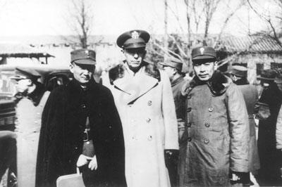 图为国民政府代表张治中(左)、美国代表五星上将马歇尔(中)、共产党代表周恩来(右)。