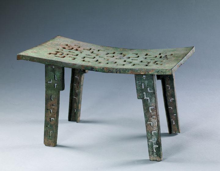致辞 大象中原河南历史文化展在中国国家博物馆隆重推出,这是中国国家博物馆与地方省市兄弟博物馆合作举办的又一个重要的反映中华优秀传统文化的大型文物精品展。 河南是我国文物大省,简称豫,在古代大部属于九州之一的豫州。《说文解字》释豫为象之大者。这里气候温和、土地肥沃,曾是大象的乐园。因处 天下之中,河南又被称为中州、中原,并凭借其得天独厚的地理优势,在漫长的岁月积淀中成就了早期中原文明的大气象。 河南历史悠久,文化荟萃,是华夏文明最重要的发源地之一。在距今数千年的裴李岗文化、仰韶文化