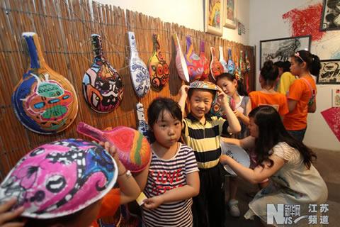 小学生被纸浆马勺上的创意绘画作品吸引